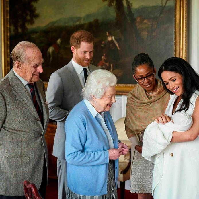 Harry en Meghan tonen hun kersverse zoon Archie aan koningin Elizabeth, haar echtgenoot prins Philip en Meghans moeder Doria Ragland.