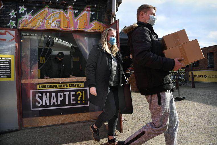 De buit is binnengehaald voor deze twee kopers.  Beeld Marcel van den Bergh / de Volkskrant
