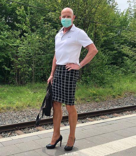 """Il porte des jupes et des talons au bureau pour """"prouver que les vêtements ne sont pas genrés"""""""