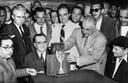 Voetbalbobo's hebben zich verzameld rond de Jules Rimet Cup, in 1950 de wereldbeker.