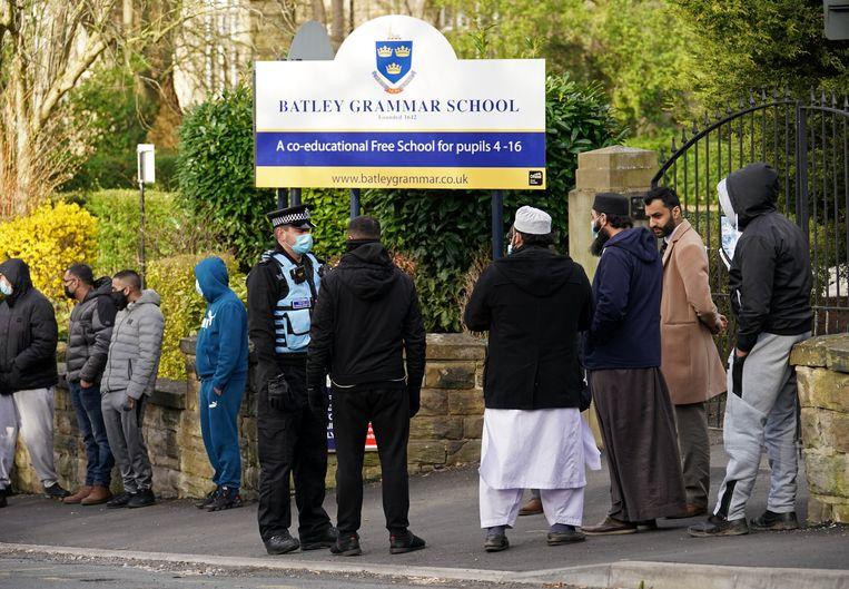 De poorten van de Batley Grammar School in West Yorkshire. Beeld Getty Images