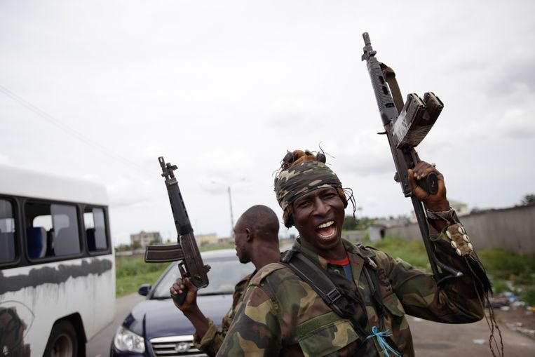 Issiaka Diakhite, 26, who says he took up arms after his parents were killed by Laurent Gbagbo loyalists in his home town of Daloa in November, reacts as soldiers loyal to Alassane Ouattara man a checkpoint at one of the principal entrances to Abidjan, Ivory Coast, Tuesday, April 5, 2011. Ivory Coast's entrenched strongman Gbagbo huddled in a bunker at his home and was exploring different options for his surrender, officials said Tuesday, as forces backing the country's democratically elected leader seized the residence.(AP Photo/Rebecca Blackwell) Beeld AP