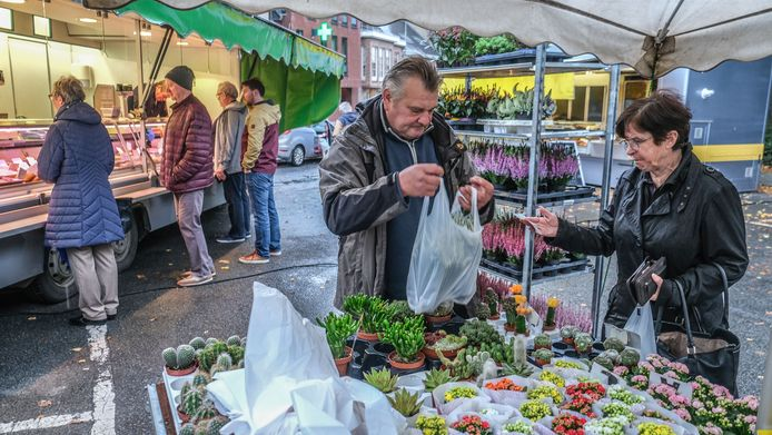 De wekelijkse markt viert zijn eerste verjaardag met een actie: elke marktkramer zorgt voor een extraatje voor zijn klanten.