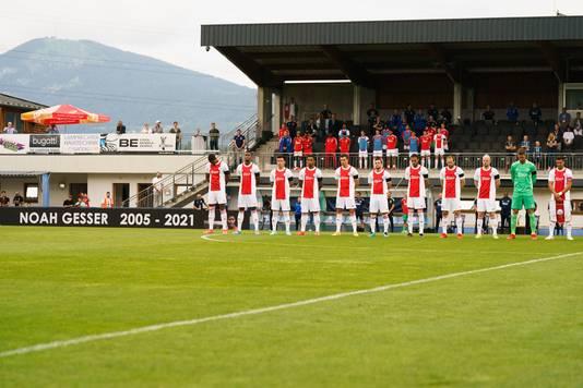 Voor Ajax - RB Leipzig hield Ajax een minuut stilte voor Noah Gesser.