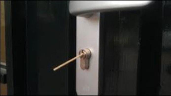 Een cocktailprikker in het deurslot achterlaten is in Utrecht wellicht een nieuwe inbrekerstruc.