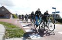 Scholieren fietsend door Kuitaart, terug naar huis na een schooldag.