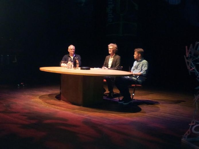 Schrijver/acteur Herman Koch (links) en acteur Tim Haans (rechts) worden geinterviewd door journalist Marcel Rözer