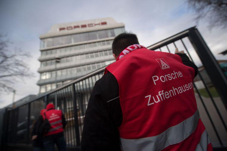 Arbeiders van IG Metall staken voor een Porsche-fabriek in Stuttgart op 2 februari.