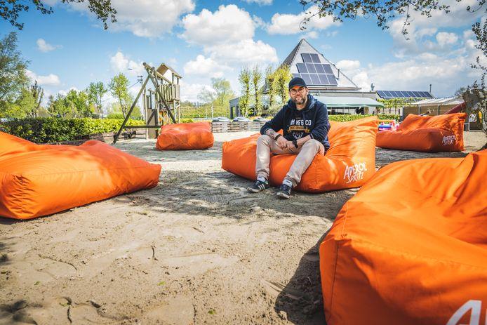 Kevin Poppe op zijn strand, woensdag. Vandaag moet al het zand weer weg.