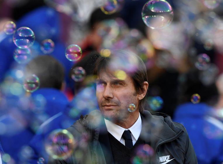 Antonio Conte tussen de bubbles, vast prik als de Hammers spelen.