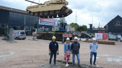 """Hijskraan verhuist iconische legertank van 't Amerikaantje: """"Gevaarte weegt 52 ton"""""""