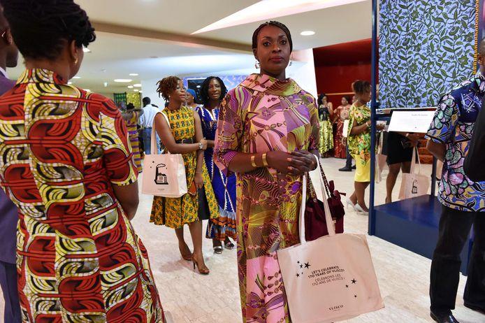 Bezoekers van een tentoonstelling met Vlisco-stoffen in Abidjan, Ivoorkust, eind 2016.