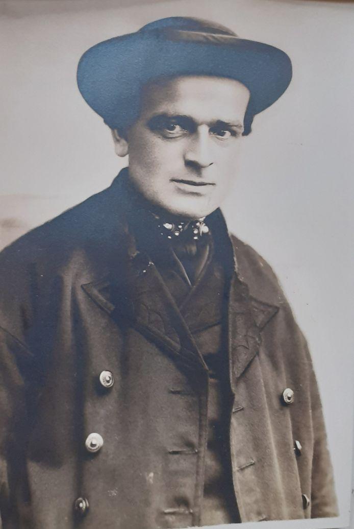 De man met de deukhoed is de Bevelandse boer Lau (Laurentius) Goense, geboren in 1896.