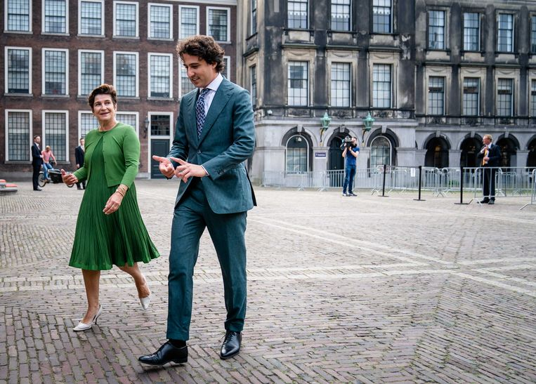 Lilianne Ploumen (Pvda) en Jesse Klaver (Groenlinks) op het Binnenhof. Beeld ANP