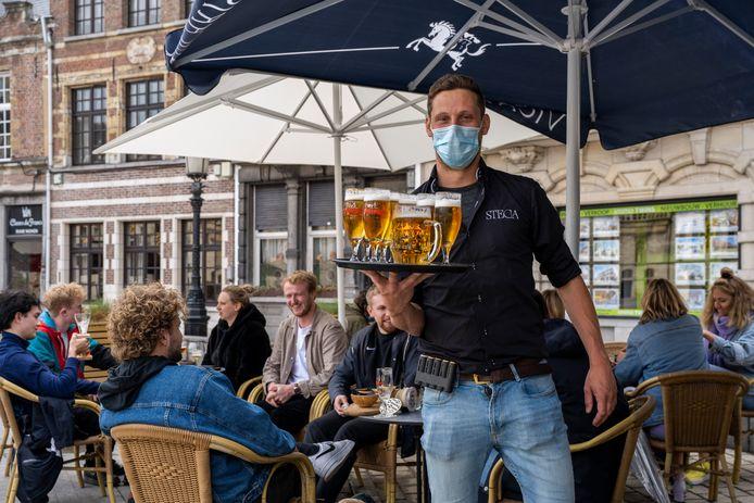 Een terrasje in Dendermonde. Over heel Vlaanderen zijn er ruim 3.500 vacatures in de horeca die niet ingevuld raken.