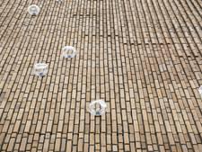 Een 'statement': Glazen bellen op de wand van nieuwbouw Perron 073