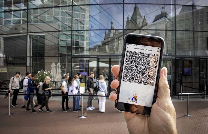 Een mobiele telefoon met de QR-code via de app CoronaCheck.