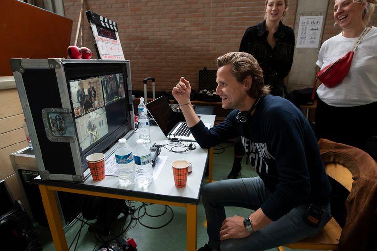 Regisseur Tim Van Aelst kijkt achter de schermen geamuseerd toe.