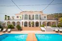 Een blik op de gloednieuwe villa.