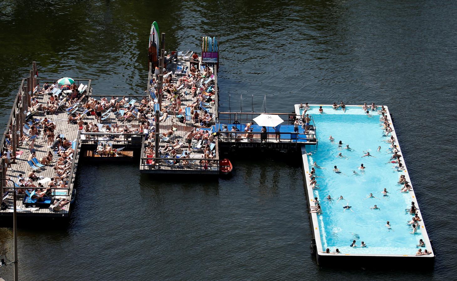 Het drijvende zwembad in de Spree in Berlijn.