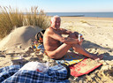 Karl-Heinz Wycisk zit te zonnebaden op het naaktstrand van Groede op Warme Truiendag.