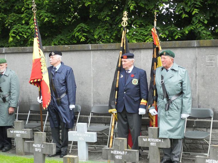 Vaandeldragers aan het monument in Vinkt.
