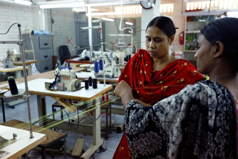epa04173605 Survivors of the collapsed Rana Plaza garment factories building work in a factory called Oporajeo (The Undefeated), an initiative to rehabilitate the Rana Plaza Survivors, at Savar in Dhaka, Bangladesh, 20 April 2014. About 46 survivors work in the factory to run their families while the one-year anniversary of the collapse of the eight-story Rana Plaza building that left over 1,100 workers dead and about 2,500 rescued alive is coming up on 24 April 2013.  The Rana Plaza disaster highlighted unsafe conditions for many of the 4 million workers in the South Asian country's garment industry.  EPA/ABIR ABDULLAH Beeld EPA