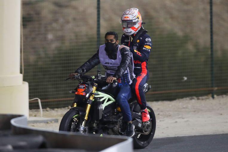 Verstappen wordt teruggebracht naar de pitstraat na zijn crash tijdens de GP van Sakhir. Beeld AFP