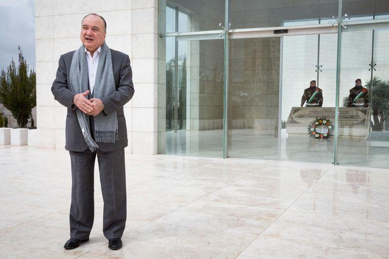 De neef van Arafat, Nasser al-Kidwa (63), staat voor de graftombe van Yasser Arafat. Beeld Cigdem Yuksel