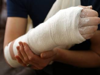 Jonge bestuurder rijdt zelf met gebroken arm naar ziekenhuis en negeert volle witte lijn nadat hij afrit mist