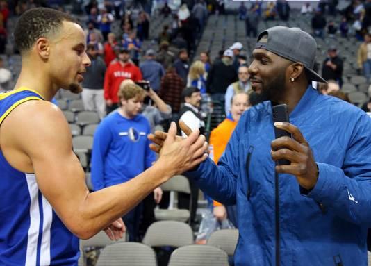 Golden State Warriors' Stephen Curry (links) ontmoet Dez Bryant. In zijn linkeroor een diamanten sieraad.