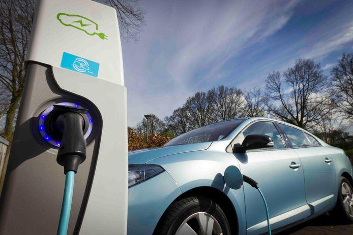 Een elektrische auto aan een laadpaal. Foto ter illustratie.