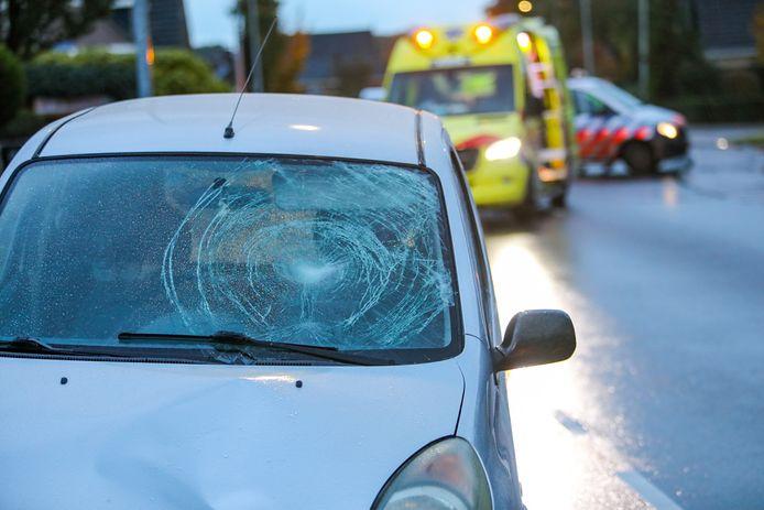 De schade aan de voorruit van de betrokken auto is enorm.