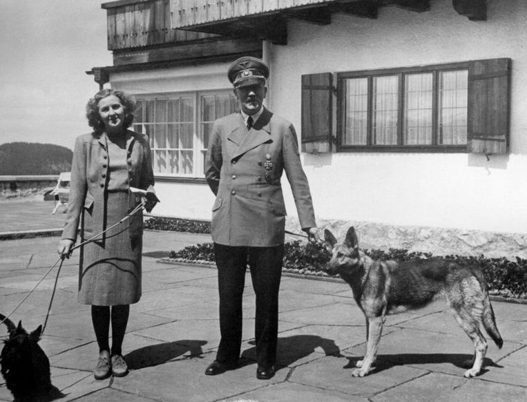 Adolf Hitler en Eva Braun met rechts Duitse herder Blondi.  Beeld Getty Images