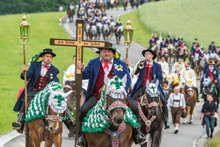 In de Zuid-Duitse plaats Bad Kötzting wordt jaarlijks een pinksterrit verreden. Honderden paarden en ruiters – veelal in Beierse klederdracht – doen mee aan de processie, waarvan de oorsprong teruggaat naar het jaar 1412. Beeld Hollandse Hoogte / AFP