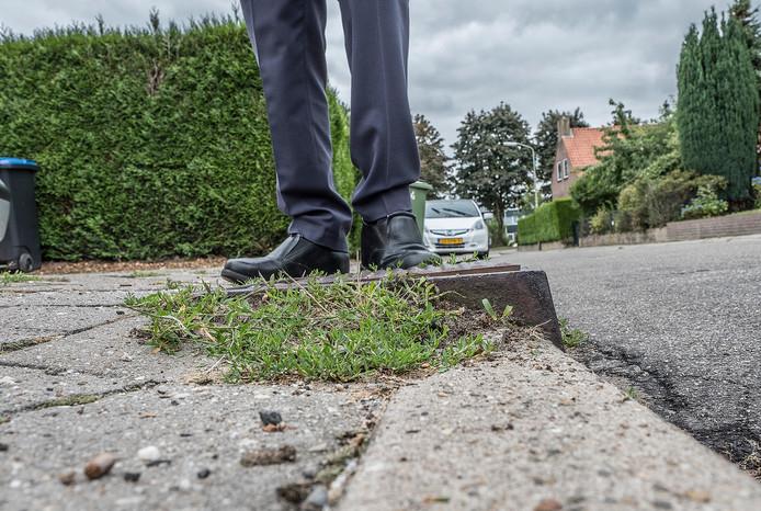 Aan de Frans Halsweg in Groesbeek zijn de trottoirs dusdanig verzakt langs de rioolputten dat er al ongelukken met auto's en voetganger gebeurd zijn.