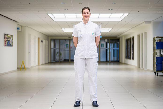 Karlijn Paus als verpleegkundige in het Medisch Spectrum Twente, waar ze op het hoogtepunt van de coronacrisis tijdelijk op de intensive care werkte.
