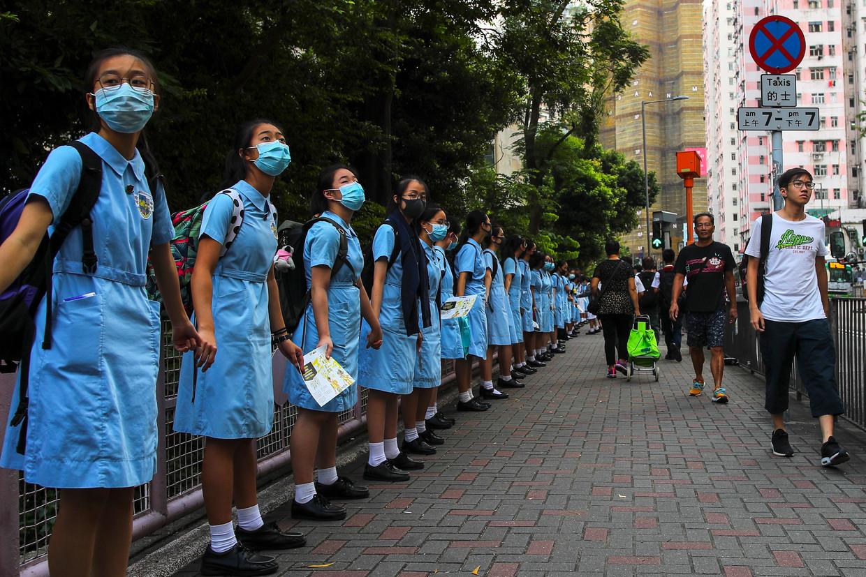September 2019: middelbare scholieren uit Hongkong vormen een protestketen door de stad. Beeld EPA