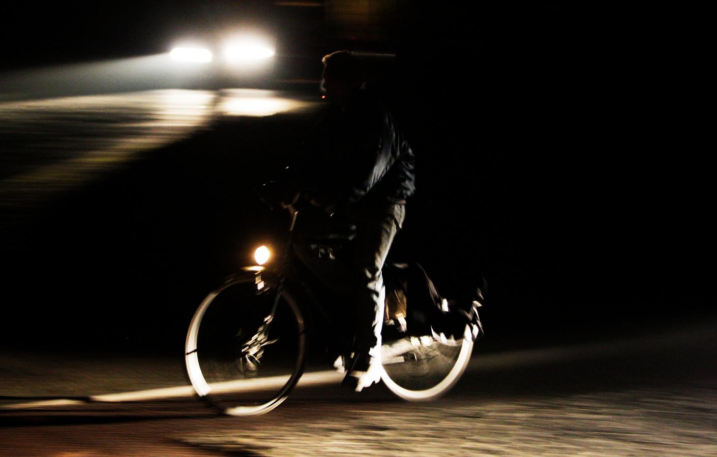 De gemeente Altena wil de verlichting op fietsroutes verbeteren.