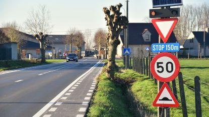 Gemeente neemt maatregelen nadat auto op T-kruispunt door gevel knalt
