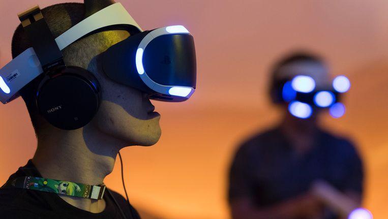 Een bezoeker speelt shooter 'Far Point' met de PlayStation VR-bril op de E3-beurs. Beeld Photo News