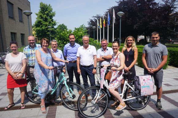 Annelies Janssens en Delvana Vanderbeke kregen uit handen van het stadsbestuur en de dienst economie een mooie fiets
