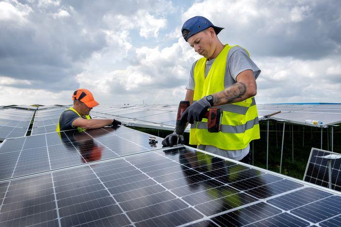 De aanleg van een nieuw zonnepark in Waalwijk. Ook in Meierijstad zijn ze op komst.