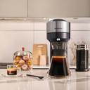 De Nespresso Vertuo Next machine samen met de karaf, passend bij de Carafe pour-over koffie.