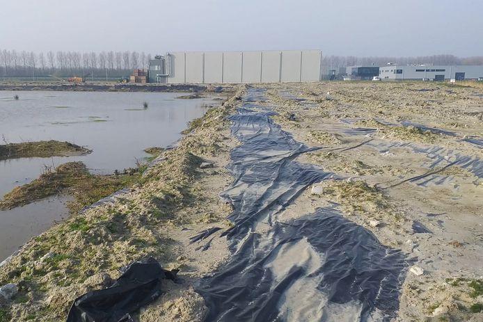 Het bedrijfsterrein van Comgoed in Oude-Tonge zoals het er nu bij ligt. Op het terrein werden staalslakken gestort.
