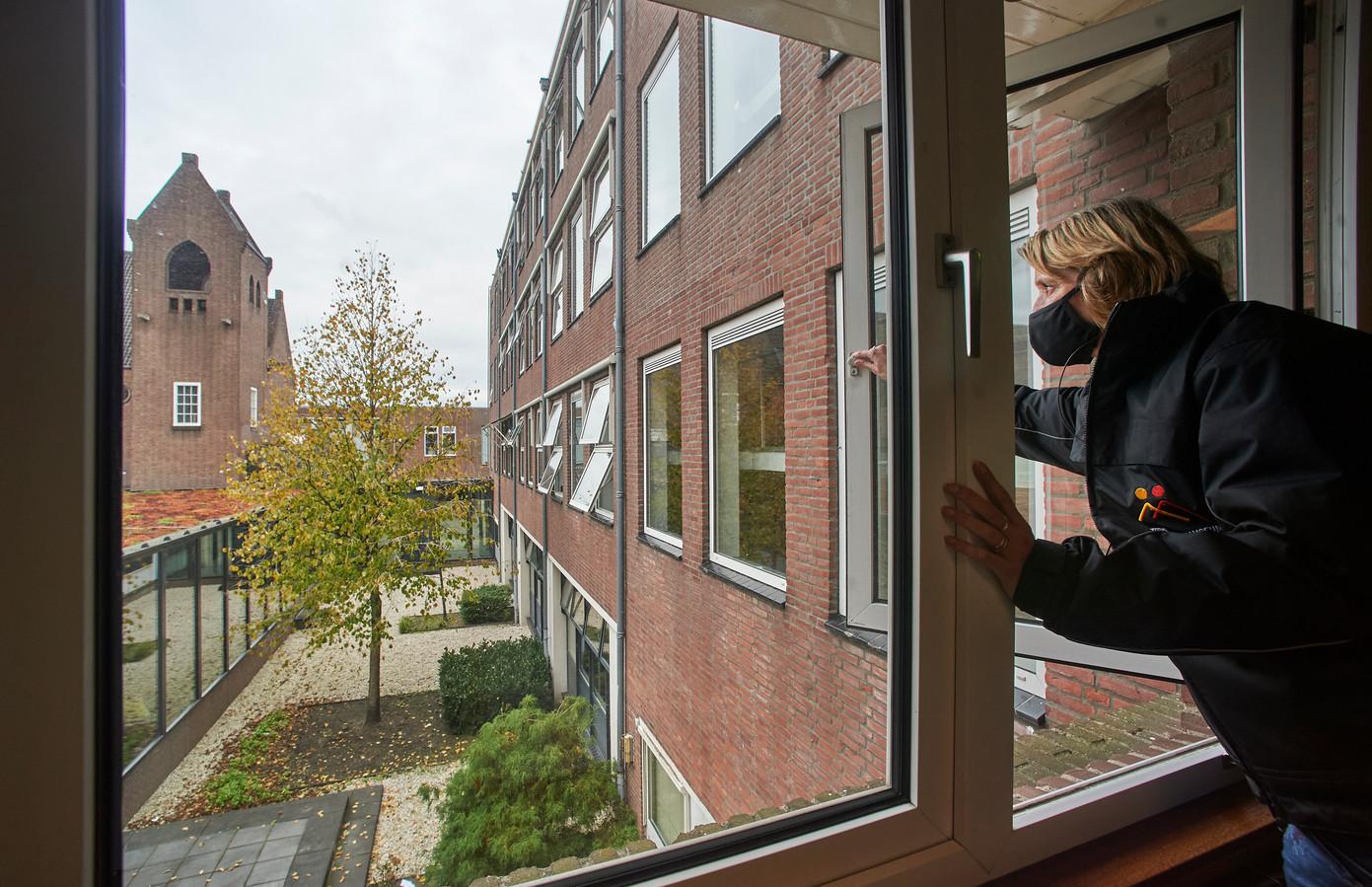 Ventilatie in scholen. Op de foto Paula Bast (Repro/concierge) die ramen opent op het Titus Brandsma Lyceum TBL te Oss. Fotograaf: Van Assendelft/Jeroen Appels