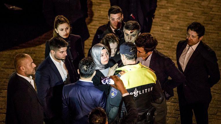 De Turkse minister Kaya wordt tegengehouden door politie op het moment dat ze naar het consulaat wil lopen. Beeld Freek van den Bergh