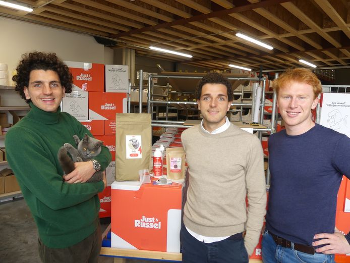 Drie van de vier oprichters van Just Russel: Louis Mortreu met Jacky de Britse korthaar, Victor Mortreu en Renaat Waeles. Cyriel Van Steen staat niet op de foto.