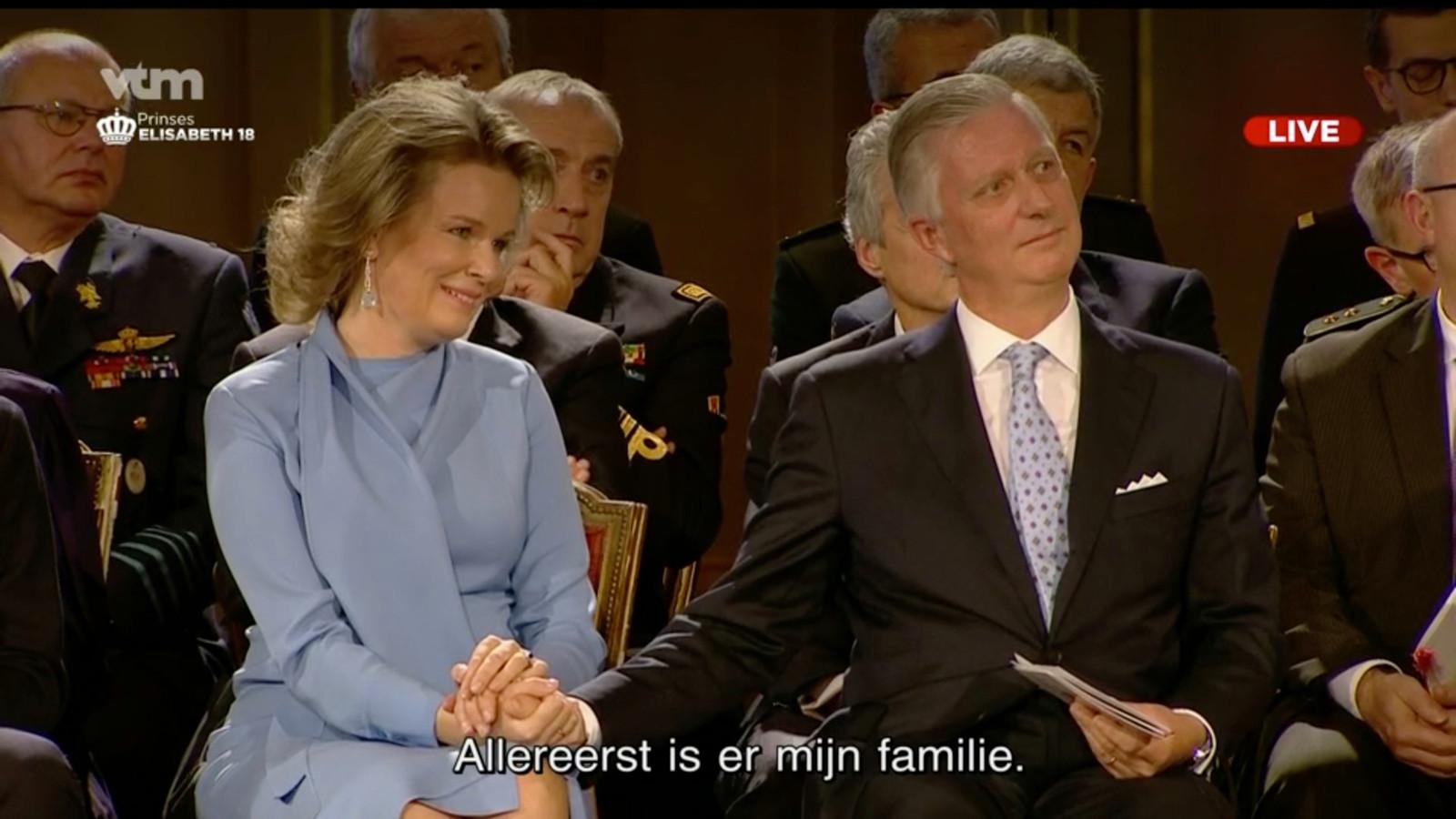 Oprechte ontroering en vooral trots bij Mathilde en Filip tijdens de speech van hun dochter. Uit de blikken die de koningin met haar kroost wisselt, blijkt in wat voor warm nest Elisabeth opgroeit.