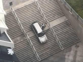 Oeps, foutje! Man volgt verkeersbord voor voetgangers en rijdt van trap aan station Gent-Sint-Pieters
